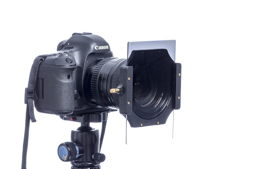 Grauverlaufsfilter an der Kamera. Der Verlauf von dunkel (oben) zu hell (unten) ist deutlich zu erkennen.
