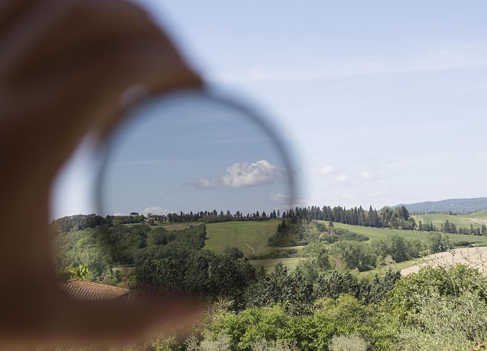 Gerade bei starkem Sonnenschein (eigentlich sollten Sie dann keine Landschaftsaufnahmen machen) erkennen Sie einen deutlichen Unterschied bei der Aufnahme mit Polfilter.