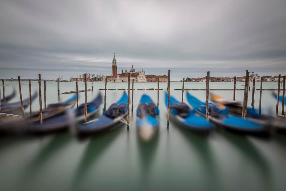 Dieser Aufnahmestandort ist wohl für das bekannteste Venedig-Motiv schlechthin bekannt. Die Aussicht über den Giudecca-Kanal in Richtung San Giorgio Maggiore mit den Gondeln im Vordergrund ist einfach fantastisch. Ich habe bereits hunderte Aufnahmen von diesem Standort in meinem Portfolio, und trotzdem mache ich bei jeder Venedig-Reise neue Aufnahmen von hier.